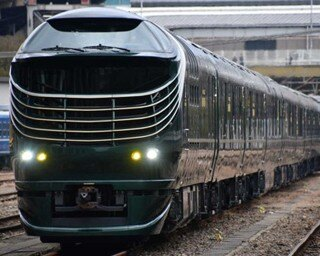 先代「トワイライトエクスプレス」のイメージを受け継ぐ濃緑色の車体