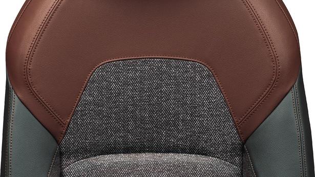 ヘリンボーン柄のツイード生地のシートは、カジュアルながら落ち着いた印象を与えてくれる