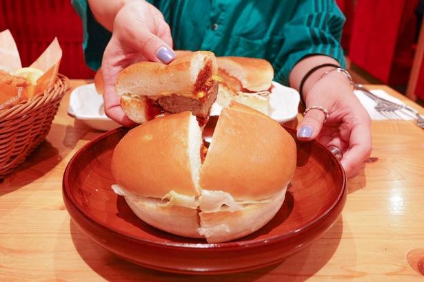 バンズに挟まれた肉厚なハンバーグ。肉汁あふれてとってもジューシー