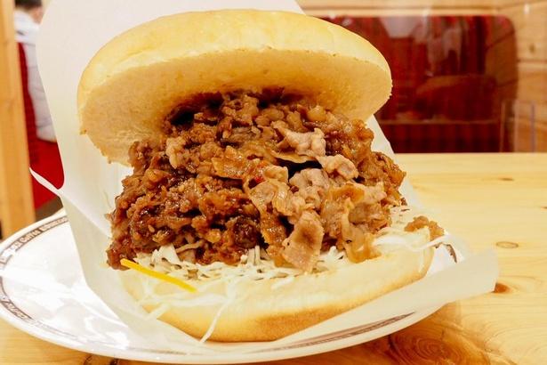 330グラムの牛肉が挟まったハンバーガーは、到底かぶりつくことができない大きさ。フォークで分けながら食べるのがおすすめ