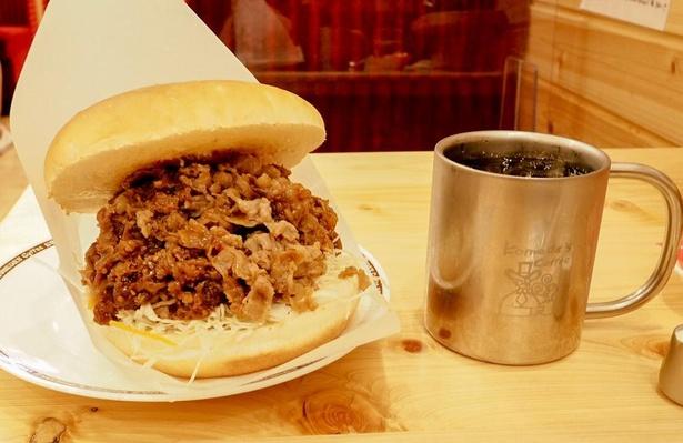 「コメ牛 肉だくだく」1280円~。バンズにたっぷりの牛肉が挟まれている
