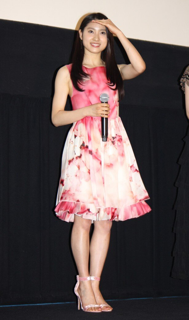 【写真を見る】春らしいピンクのノースリーブワンピース姿がかわいらしい土屋太鳳