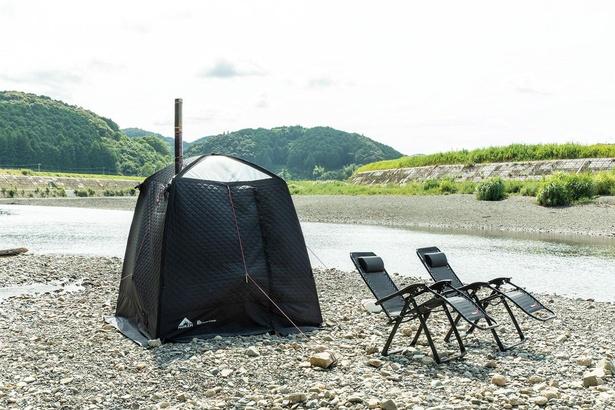 川原にテントサウナを設置。くつろげるチェアも貸してもらえる/Temple Camp 大泰寺