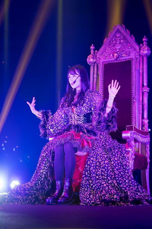 大きな椅子に座って『イケナイコト』をクールに歌いあげる
