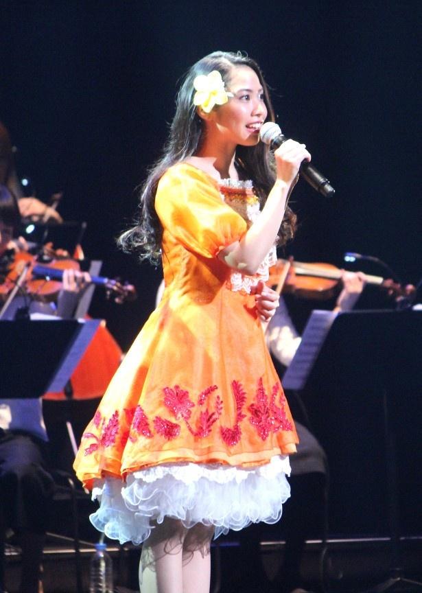 モアナ役の声優を務めた屋比久知奈が主題歌「どこまでも ~ How Far I'll Go~」を熱唱
