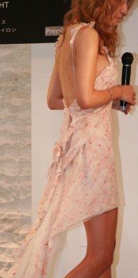背中の開いたシフォンのドレス