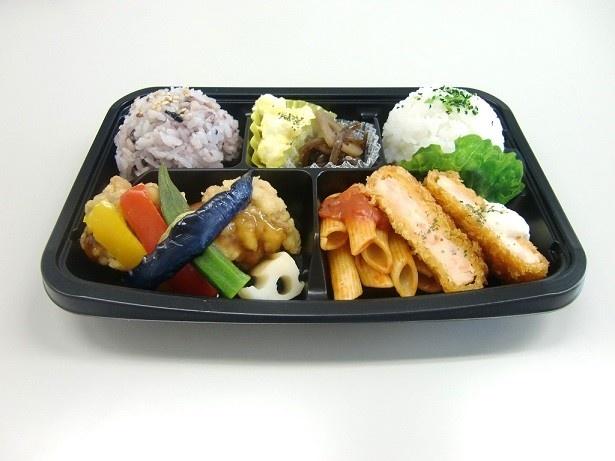 「彩り弁当 海老カツと鶏タツタ 黒酢あん弁当」(598円)