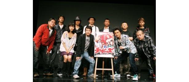 映画「ランディーズ」の完成披露試写会に主演の川村陽介(写真前列右から2人目)らが出席