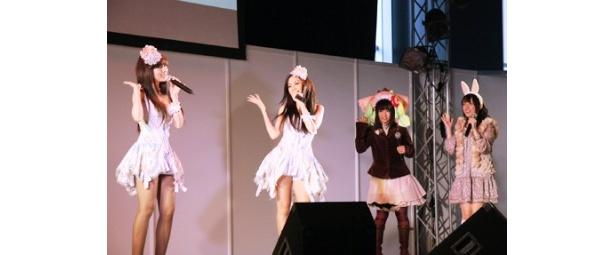 Neko Jumpの2人と一緒に踊る悠木碧(写真右から2人目)と佐藤聡美(写真一番右)