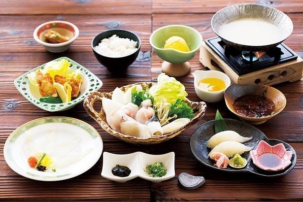 「淡路島3年とらふぐ美福鍋」(税抜5500円)。ふぐ鍋にフグのにぎり寿司、唐揚げ、てっさの白子スープの雑炊がセット/絶景レストラン うずの丘