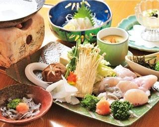 「ふぐ御膳・美福鍋」(3850円)。てっちり一人鍋にふぐぶつ切りなどがセットの激安美福鍋は、オリジナルポン酢で食べる。シメの雑炊まで付く/松葉寿司