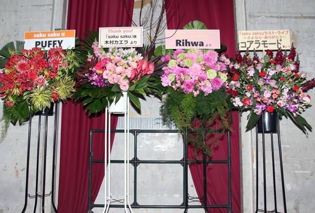 2代目MC・木村カエラや前身番組「saku saku morning call」の元MC・PUFFY、エンディングテーマに起用されたRihwa、コアラモードなど、多くの関係者から花が届いた