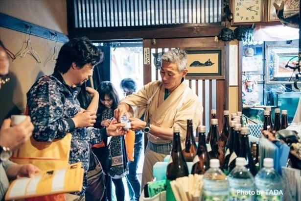 """【写真を見る】参加者は""""オリジナルの利き酒専用お猪口""""で日本酒を楽しめる"""
