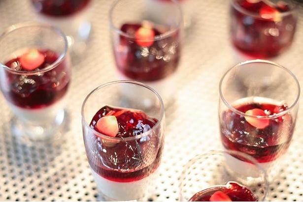 深紅の装い ア・ラ・モードブランマンジェ(ノンアルコール)。真っ白なブランマンジェと、深紅に染まった黒イチジクの赤ワインコンポートによるコントラストが美しい