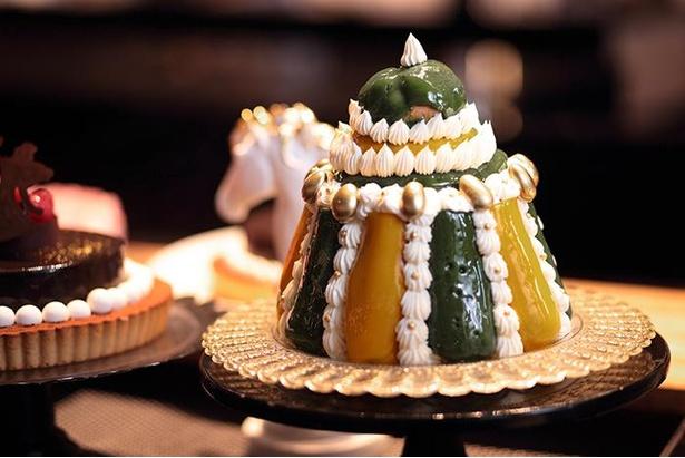 王家のプライドは、大小のシュー生地を重ねてフォンダンを塗ったルリジューズというお菓子を王冠に見立てた一品。ビュッフェでは、コーヒークリームを詰めたエクレアとして味わえる