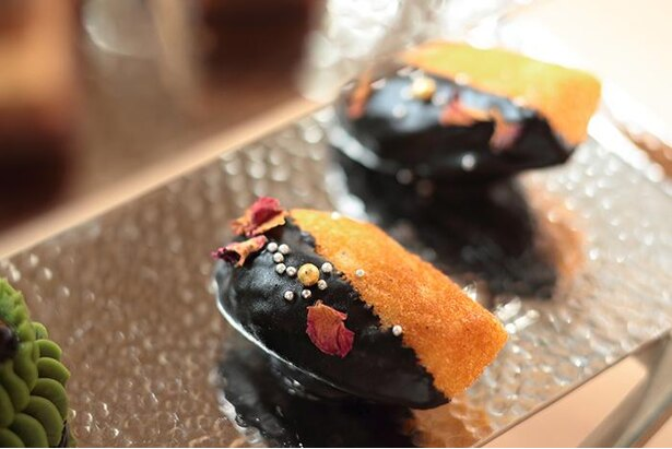 表面をブラックチョコレートでコーティングした、ラストスイーツ ハートの女王からの贈り物。「マドレーヌ史上最高の柔らかさ」と小林さん