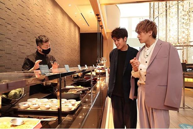 総料理長・佐藤さんの説明に興味津々な2人