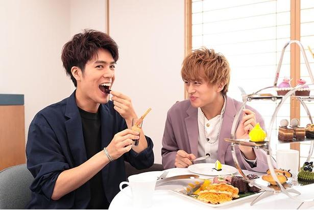 真剣かつ楽しそうに食べる2人。食べ比べて一番気に入ったスイーツも大発表