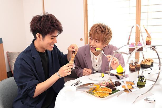 さかさまタルトタタンを手に取り、キャラメルソースをかける平松さん。「この容器チョコじゃん!これも食べられるよ!!」