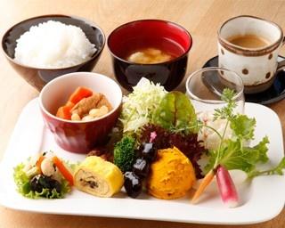 ファームレストラン ヴィーズ/ランチビュッフェ 2,000円メイン料理が選べるビュッフェスタイルで、サラダ、スープ、デザートがつく充実したメニュー