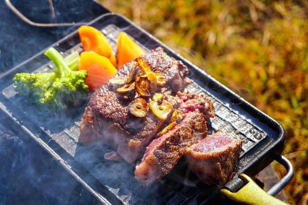サーロインステーキ。こちらのレシピはゆーすけ(@yusuke.outdoor)さんのInstagramで