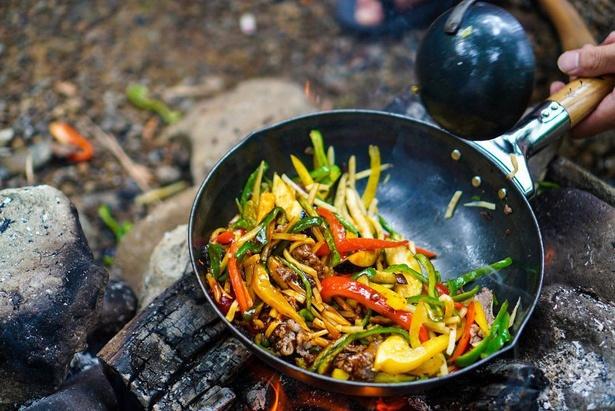 チンジャオロース。こちらのレシピはゆーすけ(@yusuke.outdoor)さんのInstagramで