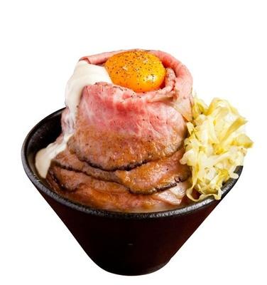 甘辛いタレが柔らかい肉とよく絡む「和牛ローストビーフ丼定食」(1500円、和牛テールスープ、漬物、薬味付き)/ローストビーフ大野