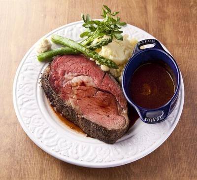 「プライムリブローストビーフ 超厚切り」(300g 4900円)。ソースはコクのある赤ワインバターソース。別添えのデミグラスソースも味のアクセントに。フォカッチャ付き/Saxe Blue Diner