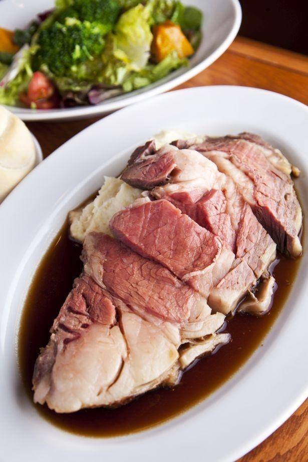 US産リブロースを使ったローストビーフはパンの食べ放題とサラダ付きで250g・3200円(150gは2200円)/Steak&Trattoria Carnesio 大手町