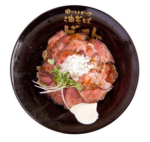 太めの麺にニンニク醤油のタレがよく合う「ローストビーフ油そば(肉増しダブル)」(1300円)/ローストビーフ 油そば ビースト 歌舞伎町本店