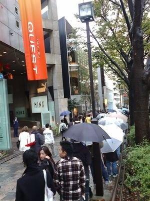 「NIKEフラッグシップショップ原宿」オープンに雨にもかかわらず行列が