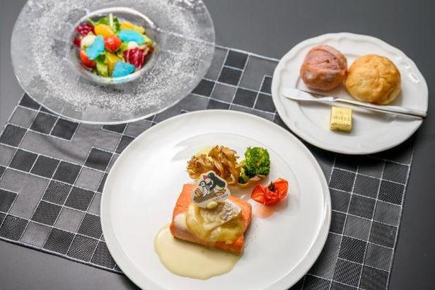 レストランTiamで提供中のコラボランチ「ピングーの遊び場 ~サーモンのソテーカマンベールチーズ仕立て~」。サラダには氷のドレッシングと、いちごがいっぱい!