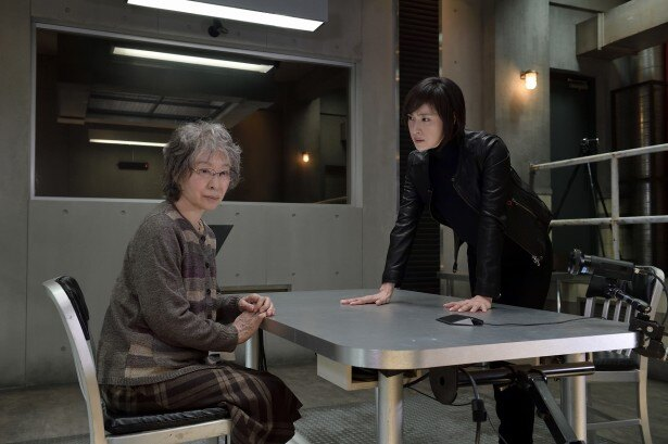 「緊急取調室」の第2シーズンの初回に登場する三田佳子と天海祐希(左から)