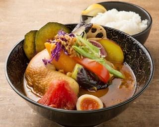 おくしばあちゃんのおばぁのよそ行き天ぷらカリーは、一見定食のように見えるが……