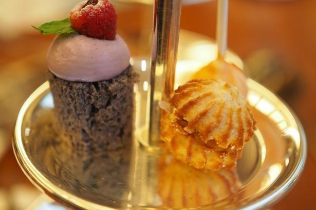 マカロンのイタリア版とも言われるアマレッティ(右)、ラズベリーの酸味が爽やかなロールケーキ(左)、オレンジ・無花果・レッドフルーツを一口で味わえるロリポップオレンジ(奥)が乗った1段目も、ファビアンシェフのお気に入り