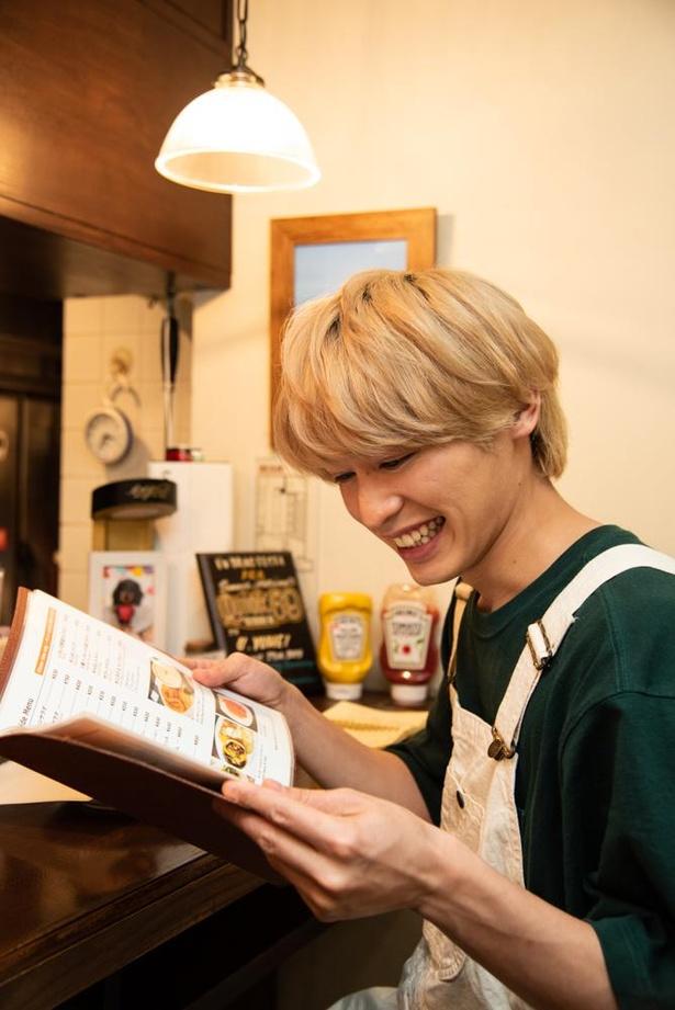 【写真】俳優・小林亮太が絶品グルメバーガーをほおばる!撮り下ろしカット多数