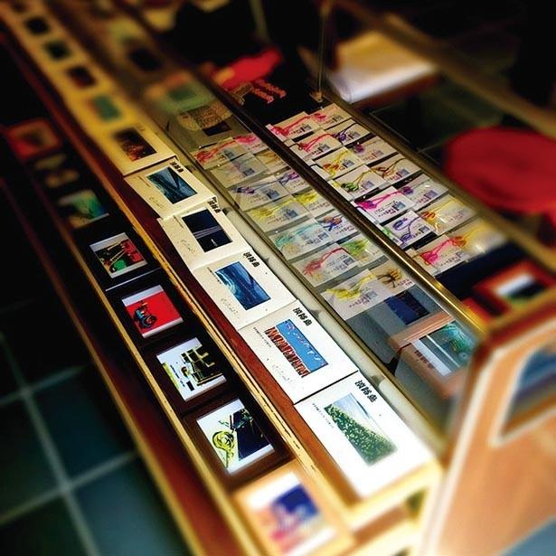 上立神岩のキーホルダーやポストカードなどを販売。島のおばあちゃんの手作り「福ぞうりストラップ」(1個300円)も人気/沼島総合観光案内所 吉甚