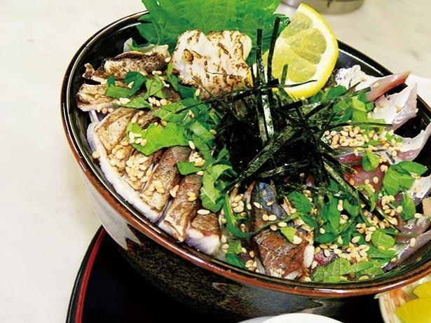 旬の魚が盛りだくさんの「海鮮丼」(1500円)。捕れたてのいきのよさが味わえる、ボリューム満点の一品/海鮮漁師料理 水軍