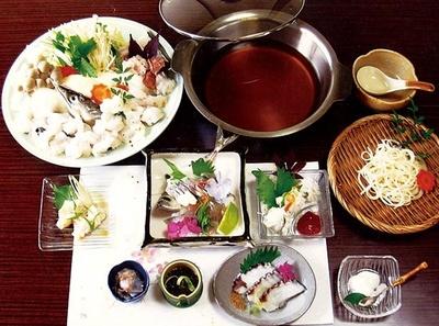 「鱧すき」(4320円・注文は2人から、要予約)。湯引き、天ぷらなどが付くコースは8400円から/民宿・割烹 しらさき