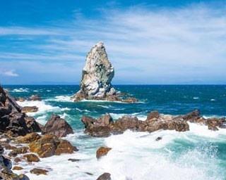 【上立神岩】海に浮かぶ高さ約30mの岩は、沼島のシンボル的存在/沼島おのころクルーズ