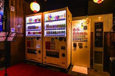 入口に置かれた自動販売機と食券機。飲み物は自動販売機で購入し、肉は食券機のチケットを店員に渡すというスタイル/セルフ焼肉専門 焼肉じょんじょん