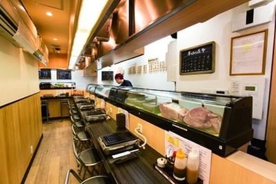 池袋駅西口からすぐの好立地。焼肉にはしないスジ肉を使った「A5牛スジ煮込み」(290円)も必食だ/ひとり焼肉 美そ乃