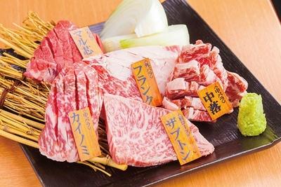 その日のおすすめ部位がのった「神の赤肉 高田馬場店」の「厳選5種盛」(1280円)