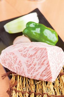 【写真を見る】A5ランクの希少部位の肉も1枚から注文可能「ミスジ」(1枚300円)/神の赤肉 高田馬場店