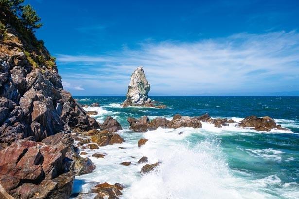 鋭くそそり立つ姿が神秘的。国生みの起源ともなった「天の御柱」だとも言われている/上立神岩