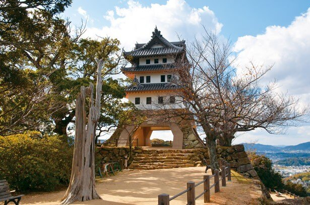 戦国時代から江戸時代にかけて、淡路国の拠点となった城。模擬天守の内部へは入れないが、昭和初期に建てられた建物は風情満点/洲本城跡