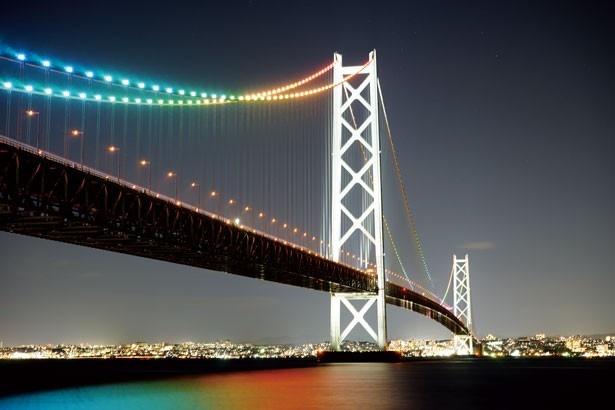 神戸側から明石海峡大橋を渡ってスグの「淡路SA」がリニューアル。蓄光石舗装の「恋人の聖地」などが新設された/明石海峡大橋