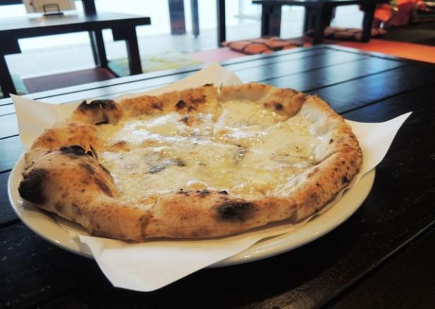「ピザITUTU星」の「クワトロフォルマッジ」。個性の異なるチーズの絶妙なハーモニーを堪能しよう