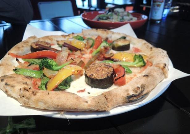「ピザITUTU星」の「オルトラーナ」は、色とりどりの野菜がたっぷりのピッツァ
