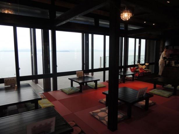 「ピザITUTU星」。おしゃれな雰囲気の店内から、錦江湾を一望できる